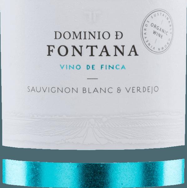 Der Sauvignon Blanc & Verdejo ist ein Vino de Finca, eine Gutsabfüllung von Dominio de Fontana, einem der Weingüter der Familie Cantarero Morales in der D.O. Ucles, im Norden des spanischen Weinbaugebietes Kastilien-La Mancha. Dieser spanische Weißwein präsentiert sich im Glas mit einer hellen grün-gelben Farbe, das Bouquet kitzelt die Nase mit einem facettenreichen Aromenspiel in dem sich sauvignontypische Noten von Gras und Stachelbeere wiederfinden, sowie Anklänge von weißem Pfeffer und einem Hauch von Fenchel, typische Primäraromen der Verdejo-Traube. Am Gaumen zeigt sich dieser frische Wein vollmundig mit guter Textur, im Abgang mittellang, nachhaltig mit mineralischen Noten. Vinifikation des Sauvignon BlancDominio de Fontana Die Trauben für die Weine Dominio de Fontana werden selektiv aus ganz bestimmten Parzellen erzeugt. Bei dieser Weißwein-Cuvée aus 80% Sauvignon und 20% Verdejo stammen diese aus den Lagen La Ensancha und El Pozo. Die Reben sind mit 8 Jahren jung, die Böden kalkhaltig und lehmig. Die Gärung findet in Stahltanks statt, dann bleibt der Wein noch etwa 3 Monate auf der Feinhefe liegen bevor er in die Flasche abgefüllt wird. Speiseempfehlung für den Dominio de Fontana Sauvignon Blanc & Verdejo Dieser trockene Weißwein aus Spanien ist gut gekühlt ein idealer Aperitif-Wein, zu leichten Tapas warm oder kalt, der auch zu hellem Fisch und Lachs passt, zu leichten Sommergerichten, Pasta mit hellen Soßen und Gemüse-Soßen, Zubereitungen mit hellem Fleisch. Auszeichnung für den Fontana Sauvignon Blanc Verdejo Mundus Vini: Gold für 2016