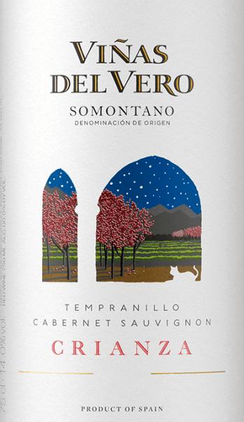 Mit dem Viñas del Vero Crianza kommt ein erstklassiger Rotwein ins Weinglas. Hierin präsentiert er eine wunderbar dichte, rubinrote Farbe. Im Glas offenbart dieser Rotwein von Viñas del Vero Aromen von Schattenmorellen, Heidelbeeren, Pflaumen, Brombeeren und Zwetschgen, ergänzt um orientalischen Gewürzen, Vanille und Zimt. Am Gaumen eröffnet der Crianza von Viñas del Vero wunderbar trocken, griffig und aromatisch. Auf der Zunge zeichnet sich dieser druckvolle Rotwein durch eine ungemein dichte Textur aus. Im Abgang begeistert dieser jugendliche aus der Weinbauregion Aragonien schließlich mit beachtlicher Länge. Es zeigen sich erneut Anklänge an Pflaume und Maulbeere. Im Nachhall gesellen sich noch mineralische Noten der von Lehm und Sandstein dominierten Böden hinzu. Vinifikation des Viñas del Vero Crianza Dieser kraftvolle Rotwein aus Spanien wird aus den Rebsorten Cabernet Sauvignon und Tempranillo vinifiziert. In Aragonien wachsen die Reben, die die Trauben für diesen Wein hervorbringen auf Böden aus Lehm und Sandstein. Nach der Weinlese gelangen die Weintrauben auf schnellstem Wege in die Kellerei. Hier werden sie sortiert und behutsam gemahlen. Anschließend erfolgt die Gärung im kleinen Holz bei kontrollierten Temperaturen. Nach dem Ende der Gärung wird der Crianza noch für 8 Monate in Barriques aus Eichenholz ausgebaut. Speiseempfehlung für den Crianza von Viñas del Vero Genießen Sie diesen Rotwein aus Spanien idealerweise temperiert bei 15 - 18°C als begleitenden Wein zu Lammragout mit Kichererbsen und getrockneten Feigen, Kartoffel-Pfanne mit Lachs oder Nudeln mit Bratwurstklößchen.