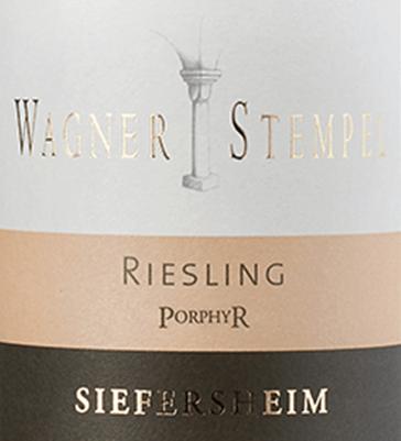 Im Glas zeigt der biologisch erzeugte Siefersheim Riesling Porphyr aus der Feder von Wagner-Stempel eine leuchtend hellgelbe Farbe. Nach dem ersten Schwenken, kann man bei diesem Weißwein eine perfekte Balance wahrnehmen, denn er zeichnet sich an den Wänden des Glases weder wässrig noch sirup- oder likörartig ab. Die erste Nase des Siefersheim Riesling Porphyr schmeichelt mit Nuancen von Nektarinen, Aprikosen und Weinbergspfirsich. Den fruchtigen Komponenten des Bouquets gesellen sich Noten des Fass-Ausbaus wie sonnenwarmes Gestein, grüne Paprika und Wacholder hinzu. Dieser trockene Weißwein von Wagner-Stempel ist genau das Richtige für Menschen, die am liebsten knochentrocken trinken. Der Siefersheim Riesling Porphyr kommt dem bereits recht nah, wurde er doch mit gerade einmal 2,3 Gramm Restzucker vinifiziert. Am Gaumen präsentiert sich die Textur dieses ausgeglichenen Weißwein wunderbar schmelzig. Durch seine vitale Fruchtsäure präsentiert sich der Siefersheim Riesling Porphyr am Gaumen beeindruckend frisch und lebendig. Das Finale dieses Weißwein aus der Weinbauregion Rheinhessen, genauer gesagt aus Siefersheim, überzeugt schließlich mit beachtlichem Nachhall. Der Abgang wird zudem von mineralischen Anklängen der von Sand und Lehm dominierten Böden begleitet. Vinifikation des Siefersheim Riesling Porphyr von Wagner-Stempel Dieser balancierte Weißwein aus Deutschland wird biologisch aus der Rebsorte Riesling vinifiziert. Die Trauben wachsen unter optimalen Bedingungen in Rheinhessen. Die Reben graben hier ihre Wurzeln tief in Böden aus Lehm, Sand und Silikatgestein. Der Siefersheim Riesling Porphyr ist ein Alte Welt-Wein durch und durch, denn dieser Deutsche Wein atmet einen außergewöhnlichen europäischen Charme, der ganz klar den Erfolg von Weinen aus der Alten Welt unterstreicht. Wenn die perfekte physiologische Reife sichergestellt ist werden die Trauben für den Siefersheim Riesling Porphyr ohne die Hilfe grober und wenig selektiver Maschinen ausschließlich von