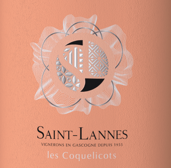 In the glass, Les Coquelicots Rosé Côtes de Gascogne from the Domaine Saint-Lannes shows a brilliant shimmering pinkish red colour. This French cuvée flatters in the glass with wonderfully expressive notes of blueberries, mulberries, blackcurrants and blackberries. This is accompanied by notes of other fruits. Les Coquelicots Rosé Côtes de Gascogne from Domaine Saint-Lannes is the right wine for all wine lovers who like it dry. However, it is never sparse or brittle, which is absolutely not a matter of course for a wine at the entry level. On the tongue, this light-footed rosé wine is characterised by an incredibly light texture. The presence of fruit acid makes Les Coquelicots Rosé Côtes de Gascogne exceptionally fresh and lively on the palate. In the finish, this rosé wine from the Gascogne wine region finally inspires with its good length. Once again there are hints of blackberry and mulberry. In the aftertaste, mineral notes of the soils dominated by limestone and clay are added. Vinification of the Domaine Saint-Lannes Les Coquelicots Rosé Côtes de Gascogne This elegant rosé wine from France is made from Cabernet Franc and Merlot grapes. The grapes grow under optimal conditions in Gascony. The vines here dig their roots deep into soils of clay and limestone. After the harvest, the grapes are transported to the winery by the quickest route. Here they are selected and carefully ground. They are then fermented at controlled temperatures. Food recommendation for the Domaine Saint-Lannes Les Coquelicots Rosé Côtes de Gascogne Les Coquelicots Rosé Côtes de Gascogne is an ideal accompaniment to omelette with salmon and fennel, spaghetti with yoghurt-mint pesto or asparagus salad with quinoa. Prizes for Les Coquelicots Rosé Côtes de Gascogne from Domaine Saint-Lannes In addition to a first-class price/quality ratio, this rosé wine from Domaine Saint-Lannes can also boast a number of awards, including medals. In detail these is Concours International de Lyon - Gold