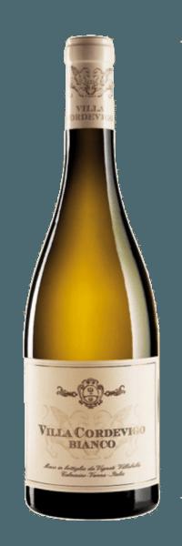 Der Villa Cordevigo Bianco von Villabella leuchtet Goldgelb im Glas und umschmeichelt die Nase mit den frischen Aromen von knackigen Äpfeln, grünen Pflaumen, Ananas und Zitrusfrüchten. Abgerundet wird dieses Bouquet durch grasige Noten, welche diese Cuvée dem Sauvignon Blanc verdankt. Am Gaumen ist dieser italienische Weißwein vollmundig und spritzig mit floralen Anklängen. Das Finale des Villa Cordevigo Bianco ist geprägt von mineralischen Nuancen. Vinifikation des Villabella Villa Cordevigo Bianco Diese Cuvée wird aus den Rebsorten Garganega und Sauvignon Blanc vinifiziert. Nach der Lese dürfen die Trauben in Kisten überreifen, um eine größere Fruchtkonzentration zu erreichen. Der Ausbau dieses Weines wird in Eichenfässern aus französischer Eiche durchgeführt, in denen auch ein Teil der malolaktischen Gärung stattfindet. Um diesem Wein den letzten Schliff zu verleihen, wird er für 3 Monate in der Flasche verfeinert. Speiseempfehlung für den Villabella Villa Cordevigo Bianco Genießen Sie diesen trockenen Weißwein zu Spargel, Gerichten mit Fisch und Gemüse oder gegrilltem, hellem Fleisch.