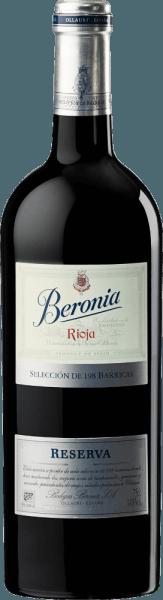 Im Glas offenbart der 198 Barricas Reserva Rioja aus dem Hause Beronia eine dichtem rubinrote Farbe. zeigt sich zudem ein farblicher Übergang ins granatrote. Schwenkt man das Glas, dann offenbart dieser Rotwein eine hohe Viskosität, was sich in starken Kirchenfenstern am Glasrand zeigt. Im Glas offeriert dieser Rotwein von Beronia Aromen von Rosinen, Früchtebrote, Dörrobst und Trockenpflaumen, ergänzt um schwarzem Tee, Vanille und Krokant. Dieser trockene Rotwein von Beronia ist etwas für Weintrinker, die am liebsten knochentrocken trinken. Der 198 Barricas Reserva Rioja kommt dem bereits sehr nahe, wurde er doch mit gerade einmal 2 Gramm Restzucker gekeltert. Druckvoll und facettenreich präsentiert sich dieser seidige Rotwein am Gaumen. Durch seine präsente Fruchtsäure zeigt sich der 198 Barricas Reserva Rioja am Gaumen herrlich frisch und lebendig. Das Finale dieses gereiften Rotwein aus der Weinbauregion La Rioja, genauer gesagt aus der Rioja DOCa, überzeugt schließlich mit beachtlichem Nachhall. Der Abgang wird zudem von mineralischen Anklängen der von Lehm und Kalkstein dominierten Böden begleitet. Vinifikation des Beronia 198 Barricas Reserva Rioja Grundlage für den kraftvollen 198 Barricas Reserva Rioja aus La Rioja sind Trauben aus den Rebsorten Cariñena, Graciano und Tempranillo. In der La Rioja wachsen die Reben, die die Trauben für diesen Wein hervorbringen auf Böden aus Lehm und Kalkstein. Natürlich wird der 198 Barricas Reserva Rioja auch von mehr als nur dem Boden der Rioja DOCa bestimmt. Dieser Spanier kann im besten Sinne des Wortes als Wein der Alten Welt bezeichnet werden, der sich außerordentlich komplex präsentiert. Zum Zeitpunkt optimaler Reife werden die Trauben für den 198 Barricas Reserva Rioja ohne die Hilfe grober und wenig selektiver Vollernter ausschließlich von Hand geerntet. Nach der Lese gelangen die Weintrauben umgehend ins Presshaus. Hier werden sie sortiert und behutsam gemahlen. Anschließend erfolgt die Gärung im kleinen Holz bei k