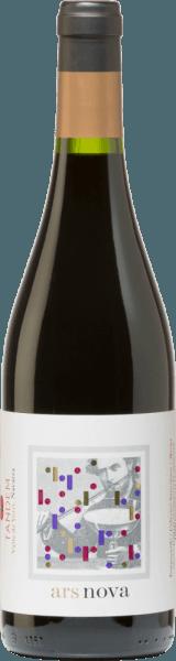 Der Rotwein Ars Nova von Vitivinicola Tandem aus der D.O. Navarra in Norden Spaniens bringt Cabernet Sauvignon, Tempranillo und Merlot in einer geschmeidigen Cuvée zusammen. Im Glas zeigt sich dieser spanische Rotwein tiefdunkel Kirschrot mit violetten Reflexen. In der Nase öffnet sich ein reichhaltiges Bouquet mit würzigen, mineralischen Noten, rote reife Früchte. Fein und finessenreich am Gaumen. Es kommen Aromen nach Holunder, Schlehe und Brombeere zur Geltung und werden von gut eingebundenen Tannine ummantelt. Das Finale wartet mit floralen Noten, weichen Charakter und einer mittleren Länge auf. Vinifikation des Tandem Ars Nova Diese spanische Rotwein wird als Cuvée aus 40% Cabernet Sauvignon, 40% Tempranillo und 20% Merlot gekeltert. Die Rebstöcke sind durchschnittlich 28 Jahre alt. Die Lese erfolgt teilweise als Handlese, teilweise maschinell. Nach der temperaturkontrollierten getrennten Maischegärung reift dieser Wein 9 Monate in 300-l-Eichenfässern aus französischer Eiche. Speiseempfehlung für den Ars Nova Tandem Ein feiner, geschmackvoller Spanier, der optimal zu Schmor- und Wildgerichten passt, zu gefüllter oder überbackener Pasta und zu mittelreifen, nicht zu kräftigen Käsesorten.