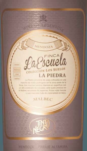 DerFinca La Escuela - La Piedra Malbec von Tinto Negro leuchtet im Glas in einem dunklen Purpurrot mit granatroten Reflexen. Das Bouquet wird getragen von Aromen nach schwarzen Früchten - insbesondere Brombeere und Johannisbeere - und würzigen Noten nach Mokka, Vanille und Zartbitterschokolade. Am Gaumen ist dieser argentinische Rotwein wunderbar kraftvoll mit einer eleganten Struktur. Am Gaumen präsentieren sich neben den Aromen der Nase noch ein Hauch von Mineralität. Das Finale ist herrlich komplex und wird von einem festen Tanningerüst getragen. Vinifikation desFinca La Escuela La Piedra Malbec Die Malbec-Trauben werden nach der Handlese sorgsam selektiert. Nach der abgeschlossenen Gärung der Maische wird dieser Wein noch für 12 Monate in Barriquefässern ausgebaut. Dadurch erhält dieser Rotwein seine wundervoll würzigen Aromen. Speiseempfehlung für den Tinto Negro La Piedra Malbec Dieser trockene Rotwein aus Argentinien ist ein toller Begleiter zu gemütlichen Grillabenden mit der Familie und den Freunden. Aber auch zu kräftig-würzigen Wildgerichten ist dieser Rotwein ein Genuss. Auszeichnungen für den La Piedra La Escuela von Tinto Negro Tim Atkins: 96 Punkte für 2014 Wine Enthusiast: 91 Punkte für 2012 Robert M. Parker: 93 Punkte für 2012