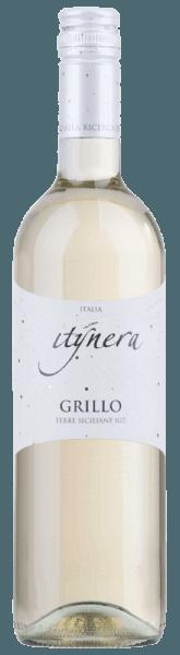 """Der Itinera Grillo Sicilia IGT von Mondo del Vino ist ein typischer süditalienischer Weißwein, der sich im Glas in einem hellen Goldgelb präsentiert. Dabei entfalten sich wunderbar frische Aromen von Zitronen, Limonen und ein Hauch von tropischen Früchten. Dieser reinsortige Grillo begeistert am Gaumen mit seiner Spritzigkeit und dem harmonischen Eindruck, welches ein """"easy drinking""""-Gefühl verschafft. Speiseempfehlung für den Itinera Grillo Sicilia IGT Genießen Sie diesen trockenen Weißwein als Aperitif oder zu Seelachsroulade mit Parmaschinken und Tomatensauce."""