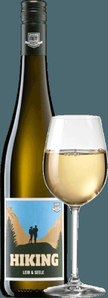 Die Leib & Seele Cuvée feinherb von Bergdolt-Reif & Nett holt das Beste aus Müller-Thurgau, Silvaner, Kerner und Gewürztraminer heraus. Dieser Weißwein aus der Pfalz ist unglaublich saftig, süffig und duftig. Ins Glas kommt dieser Wein mit hellem Gelb. Das fruchtige Bouquet offenbart der Nase augenblicklich blumige Anklänge, reife Ananas, Pfirsiche, Grapefruit, reifen Apfel, Litschi und noch viel mehr. Akazienblüte und noch mehr duftige Blumigkeit kommen uns in den Sinn. Am Gaumen ist dieser deutsche Weißwein saftig, frisch und lebendig. Der Süße steht eine vitale Fruchtsäure gegenüber, die diesen Wein herrlich trinkig macht. Das geht runter wie Öl! Speiseempfehlung für denBergdolt-Reif & NettLeib & Seele Cuvée feinherb Genießen Sie diesen feinherben Weißwein aus Deutschland gerne gut gekühlt einfach nur Solo auf der Terrasse oder dem Balkon. Oder reichen Sie diesen Wein zu knackigen Salaten und leichten Fischgerichten.