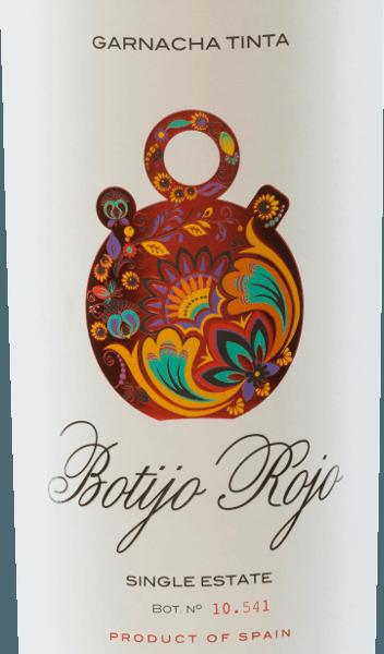DerBotijo Rojo Garnacha Tinta der Bodegas Frontonio schimmert im Glas in einem kräftigen Rubinrot. Das vielschichtige Bouquet wartet mit herrlichen Aromen nach saftigen Schwarzkirschen, reifen Brombeeren und frisch gemahlener Pfeffer auf. Untermalt werden die Aromen der Nase von angenehmen Würzaromen. Am Gaumen überzeugt dieser spanische Rotwein mit seinem kräftigen, frischen und fruchtigen Charakter. Auch hier spiegeln sich die Aromen aus dem Bouquet wieder. Die Tannine sind perfekt ausgewogen. Vinifikation des Botijo Rojo Garnacha Tinta von Bodegas Frontonio Der Garnacha Tinta Botjio Rojo ist ein reinsortiger Rotwein aus Garnacha-Trauben. Die Trauben für diesen Rotwein aus Spanien stammen von 35 bis 45 Jahre alten Reben, die auf einem Weinberg von353 u.d.M. wachsen. Der Boden ist reich an Kalk und wird von einer Tonschicht durchzogen. Die Gärung findet in Edelstahltanks statt, gefolgt von einer malolaktischen Gärung in alten Zementtanks. Dadurch behält dieser Rotwein seine frische und fruchtige Persönlichkeit. Speiseempfehlung für denGarnacha Tinta Botijo Rojo Dieser Rotwein aus Aragonien ist der perfekte Speisebegleiter zu Schweinshaxe mit Blaukraut und Klößen, Rinderbraten mit Schmorgemüse und Kartoffelstampf sowie würzigen, reifen Käse. Auszeichnungen für den Botijo Garnacha Tinta Frontonio Berliner Wein Trophy: Gold für 2015