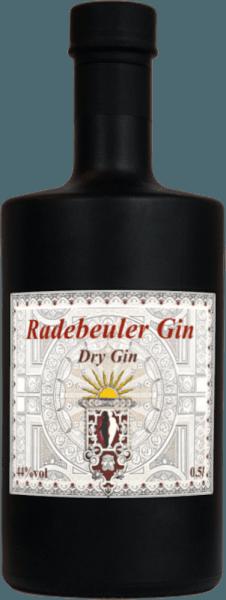 Der Radebeul Dry Gin von derRadebeuler Distille präsentiert sich im Glas mit einer feinen Aromatik, dezenten fruchtigen Duftnoten, nur wenige, aber dafür deutlich erkennbare Aromen, am Gaumen vollmundig, weich und ausdrucksvoll, trocken mit einer leicht herben Komponente im Geschmack, ausgewogen und nachhaltig lang im Abgang. Herstellung des Radebeul Dry Gin vonRadebeuler Distille Ganze zwei Jahre und über 40 verschiedene Zutaten machen aus diesem Destillat aus Radebeul einen bemerkenswerten Gin. Dafür wurden die Zutaten in verschiedenen Konzentrationen verarbeitet und in verschiedenen Einstellungen destilliert, anschließend durften alle Komponenten mindestens sechs Monate reifen um einen weicheren Geschmack zu erzeugen. Erst dann wurde der Amandio Solaris im wahrsten Sinne des Wortes komponiert. Der Gin wird unfiltriert abgefüllt, um so das volle Aroma vollständig zu erhalten. Serviermepfehlungen für den Radebeul Dry GinAmandio Solaris von Amandio Genießen Sie diesen schönen, charaktervollen Gin pur bei Raumtemeperatur in einem Nosing- oder Grappaglas, als Digestif oder als Long Drink mit verschiedenen Tonics, je nachdem ob Sie es fruchtiger oder lieber etwas feinherber mögen.