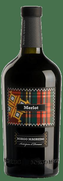 Der Merlot von Borgo Magredo ist ein schmeichelnder, rebsortenreiner Rotwein aus dem Anbaugebiet Friuli Grave. Im Glas funkelt dieser Wein Rubinrot und versprüht komplexe Aromen nach roten Beerenfrüchten (insbesondere Himbeeren, Erdbeeren und Johannisbeeren), zusammen mit Nuancen nach Lakritz und Vanille. Dieser italienische Rotwein ist am Gaumen körperreich und zupackend, bleibt dabei wunderbar weich mit seidigen Tannin. Dieser warmherzige Rotwein offenbart im Abgang nochmals reife, rote Früchte. Speiseempfehlung für den Borgo Magredo Merlot Dieser trockene Rotwein aus Italien passt hervorragend zu Gegrilltem und Gebratenem, sowie Gulascheintöpfen und Wildgerichten.