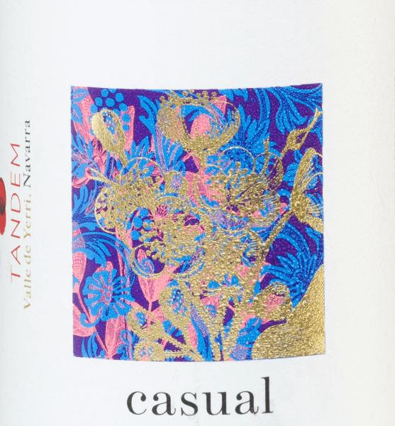 DerCasual Blanco von Vitivinicola Tandem ist eine wundervoller, spanischer Weißwein, der ausschließlich aus der Rebsorte Viura vinifiziert wird. In einer goldgelbenen Farbe mit grünlichen Glanzlichtern zeigt sich dieser Wein im Glas. Das Bouquet ist von einer herrlichen Aromenvielfalt geprägt. Es offenbaren sich Noten nach weißen Pfirsichen in Verbindung mit frischem grünen Tee und Fenchel. Am Gaumen zeigt dieser spanische Weißwein sowohl seine weiche als auch ausdrucksstarke Seite. Der Körper ist wunderbar strukturiert und wird von einer feinen Säure gestützt. Das Finale begeistert mit einer angenehmen Länge, Präsenz und mineralischen Anklängen. Speiseempfehlung für denCasual Blanco Tandem Dieser trockene Weißwein aus Spanien ist ein toller Speisebegleiter zu Pasta-Gerichten in heller Sauce, allerlei Sushi-Variationen oder auch zu gedünstetem Fisch. Aber auch als Aperitif ein erfrischender Genuss.