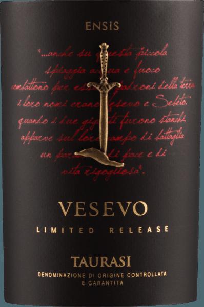 Der Taurasi DOCG von Vesevo ist das Flaggschiff des Weingutes. Dieser 100%ige Aglianico kommt mit feurigem Purpurrot und nahezu blickdichtem Kern daher und offenbart intensivste Beerenfrucht. Egal ob Brombeere, Heidelbeere oder schwarze Johannisbeere - alles was schwarz ist, findet sich im Bouquet des Vesevo Taurasi wieder. Anflüge von Bienenwachs, Lebkuchen, Zedernholz und Vanille runden die Nase dieses Spitzenweins aus Kampanien ab. Am Gaumen zeigt sich der Taurasi DOCG von Vesevo unglaublich dicht, voll und von kräftiger Statur. Fein geschliffene Tannine und eine vitale, lebendige Fruchtsäure unterstreichen eindrucksvoll, dass dieser Taurasi von Vesevo trotz seiner Fülle elegant und lebendig ist. Wunderbar harmonisch gleitet dieser Spitzen-Rotwein aus der süditalienischen Region Kampanien in ein außergewöhnlich langes Finale. Vinifikation des Vesevo Taurasi Die Trauben für den Spitzenwein von Vesevo wachsen um die Gemeinde Avellino auf Vulkanböden. Der Lese folgt die Entstielung und schonende Zerkleinerung der Beeren. Nach einer Maischegärung von 20-25 Tagen bei einer Temperatur von 26-28°C kommt der Vesevo Taurasi für 16 Monate in Barriques, gefolgt von einer Reifung in der Flasche. Speiseempfehlung zum Vesevo Taurasi DOCG Genießen Sie diesen Rotwein des Farnese-Spitzenproduzenten Vesevo zu reichhaltigen Hauptgerichten, rotem Fleisch und Bratenwild. Prämierungen für den Taurasi DOCG von Vesevo Robert Parker: 90 Punkte für 2012 Falstaff: 92 Punkte für 2011 I Vini di Veronelli: Super Tre Stelle (3/3) für 2010