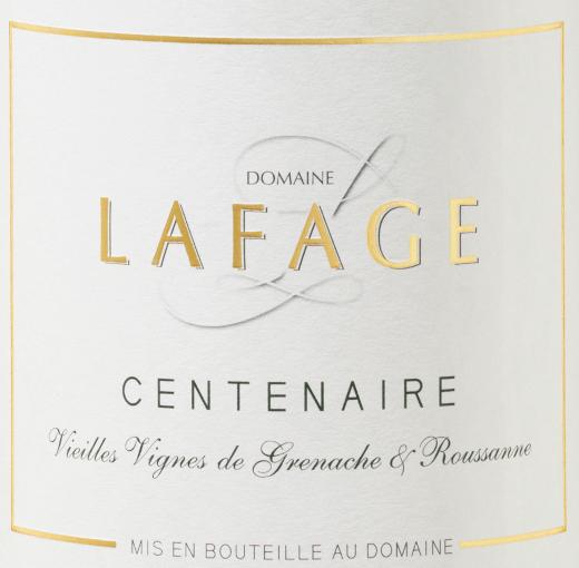 Der Centenaire von Domaine Lafage ist eine aromatische, elegante und mineralische Weißwein-Cuvée aus dem französischen Weinanbaugebiet Côtes du Roussillon. Dieser Wein kommt mit zartem Goldgelb und gelbgrünen Reflexen ins Glas. Die Nase dieses herrlichen Weißweins aus Südfrankreich offenbart zuerst Aromen von reifem Pfirsich, ergänzt um Honigmelone und knackige Birne. Am Gaumen startet der Centenaire von Lafage traumhaft geschmeidig und fruchtig. Eine packende Mineralität, verbunden mit gutem Extrakt und schöner Dichte bestimmt den Eindruck bis hinein in den langen Nachhall. Vinifikation des Domaine Lafage Centenaire Die Trauben für diesen französischen Weißwein stammen von über 90 Jahre alten Reben. Die Cuvée setzt sich zusammen aus Grenache blanc, Grenache Gris sowie Roussanne. Nach der Lese von Hand werden die Trauben 20 Stunden kalt eingemaischt und der Most anschließend bei 16°C vergoren. Anschließend durchlaufen 5% dieser Cuvée die malolaktische Säureumwandlung. Speiseempfehlung für den Lafage Centenaire Côtes du Roussillon Genießen Sie diesen trockenen Weißwein aus Frankreich zu Miesmuscheln, Ratatouille, Paella, Spaghetti Carbonara oder einfach nur so. Auszeichnungen für den Centenaire von Lafage Robert Parker: 90-92 Punkte für 2017 und 2015 Jeb Dunnuck: 90 Punkte für 2017 Robert Parker: 90 Punkte für 2016 Concours General Agricole De Paris: Gold für 2016