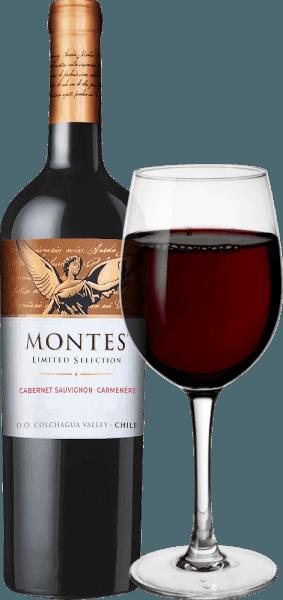 DerLimited Selection Cabernet Sauvignon Carmenèrevon Montes ist eine wundervolle Rotwein-Cuvée aus den Rebsorten Cabernet Sauvignon (70%) und Carmenère (30%). Im Glas zeigt sich dieser Wein in einem leuchtendem Rubinrot und purpurnen Reflexen. Das Bouquet dieses chilenischen Spitzen-Rotweins überzeugt mit viel reifer Brombeer-, Kirsch- und Holunderfrucht, ergänzt um Noten von Tabak, Kaffee, Vanille, Gewürzen und Butterkaramell. Am Gaumen präsentiert sich diese wundervolle Rotwein-Cuvée aus Chile sanft mit weicher, dezent extraktsüßer Fülle und einem vollen und dennoch eleganten Körper. Das harmonisch runde Finale überzeugt mit viel Länge. Vinifikation des Limited Selection Cabernet Sauvignon Carmenère Die Cabernet- und Carmenère-Trauben für diesen Rotwein aus Chile werden unter perfekten Bedingungen im Vale Apalta, einer Unterregion des Colchagua Valleys, angebaut. Gelesen werden diese jeweils zum Zeitpunkt der perfekten Reife. Nach der Assemblage der finalen Cabernet Sauvignon - Carménère Cuvée reifen ca. 47% des Weins für 10 Monate in Barriques aus amerikanischer Eiche. Die restlichen 53% verbleiben im Edelstahltank. Nach der Reife wird dieser Wein filtriert und auf die Flasche gefüllt. Nach einer kurzen Ruhezeit auf der Flasche verlässt dieser Wein den Keller von Montes. Speiseempfehlung für den Cabernet Sauvignon Carmenère Montes Limited Selection Der Limited Selection Cabernet Carmenère von Montes ist ein hervorragender Begleiter zu vielen Fleischgerichten, gern auch orientalisch gewürzt, zu chilenischem Hühnereintopf oder würzig-pikanten Reiseintöpfen. Prämierungen für denLimited Selection Montes Cabernet Carmenère Wein Spectator: 89 Punkte für 2015 Robert M. Parker: 88 Punkte für 2015