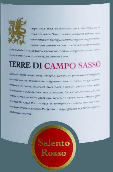 Der Salento Rosso IGT von Terre di Campo Sasso präsentiert sich im Glas in einem kräftigenn Kirschrot und entfaltet dabei ein wunderbar fruchtbetontes Bouquet. Dieses verzaubert die Nase mit Aromen nach Brombeeren, reifen Pflaumen und Kirschen. Die Cuvée aus Primitivo und Negroamaro aus dem italienischen Weinanbaugebiet IGT Puglia ist ein fülliger und saftiger Rotwein. Am Gaumen zeigt sich dieser italienische Rotwein mit sanften und sehr gut eingebundenen Tanninen. Der runde Körper wird von der tiefen Fruchtsüße und seinen üppigen Aromengekonnt eingenommen. Das Finale wartet mit einer angenehmen, mittleren Länge auf. Speiseempfehlung für den Salento Rosso IGT aus Apulien Genießen Sie diesen kräftigen Rotwein aus Italien zu Wild, Lamm und würzigen Grillspezialitäten.