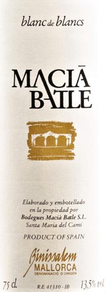 Der Blanc de Blancs von Macià Batle ist eine ansprechende Weißwein-Cuvée aus Prensal Blanc (80%) und Chardonnay (20%) von der spanischen Insel Mallorca. Im Glas schimmert dieser Wein in einer klaren, gelben Farbe mit grünlichen Glanzlichtern. Die Nase wird von filigranen exotischen Noten wie Pfirsich, Grapefruit, Litschi und etwas Banane, ergänzt nach saftigem Apfel und einem feinen Hauch Fenchel verwöhnt. Am Gaumen besitzt dieser spanische Weißwein eine herrlich schmelzig-weiche Textur mit einer sanften Mineralität und wundervoll erfrischenden Säure. Dieser Wein macht einfach Spaß und ist wohl einer der besten Blancos der Insel. Speiseempfehlung für denMacià Batle Blanc de Blancs Genießen Sie diesen trockenen Weißwein aus Spanien zu frischen Salaten, Meeresfrüchten, Fischgerichten und Ziegenfrischkäse.
