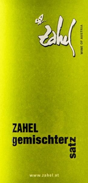 Der knackige, frische Gemischter Satz von Zahel aus dem österreichischen Weinanbaugebiet Wien wird aus den drei Rebsorten Riesling, Grüner Veltliner und Chardonnay vinifiziert. Im Glas erstralht dieser Wein in einem hellen Gelb mit grünlichen Glanzlichtern. Das vielschichtige Bouquet offenbart intensive Aromen nach frischen Äpfeln, saftigen Pfirsichen und viele Zitrusfrüchte - Grapefruit, Mandarinen und Zitronenschale. Mit einer herrlich frischen und lebendig-knackigen Textur überzeugt dieser österreichische Weißwein den Gaumen. Auch die fruchtigen Noten der Nase spiegeln sich wider und werden von einem Hauch weißen Pfeffer begleitet. Die rassige Säure ist sehr gut in die Struktur eingebunden und führt in das angenehme Finale. Speiseempfehlung für den Zahel Gemischter Satz Dieser trockene Weißwein aus Österreich ist ein toller Begleiter zu allerlei Sushi-Variationen, selbstgemachter Quiche, frische Nudeln in heller Sauce oder einfach nur gut gekühlt Solo zu genießen.