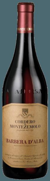 Beim Schwenken des Weinglases kann man bei diesem Rotwein eine erstklassige Balance wahrnehmen, denn er zeichnet sich an den Wänden des Glases weder wässrig noch sirup- oder likörartig ab. Im Bouquet dieses Rotweins aus der Weinanbau-Region Piemont vernehmen wir Noten von allerlei roten und schwarzen Beerenfrüchten, ergänzt um würzige Nuancen. Dieser italienische Wein begeistert durch sein elegant trockenes Geschmacksbild. Er wurde mit außergewöhnlich wenig Restzucker auf die Flasche gebracht. Hier handelt es sich um einen echten Qualitätswein, der sich klar von einfacheren Qualitäten abhebt und so verzückt dieser Italiener natürlich bei aller Trockenheit mit feinster Balance. Aroma braucht eben nicht zwingend Zucker. Das Finale dieses jugendlichen Rotwein aus der Weinbauregion Piemont, genauer gesagt aus Langhe DOC, überzeugt schließlich mit schönem Nachhall. Vinifikation des Cordero di Montezemolo Barbera d'Alba Dieser balancierte Rotwein aus Italien wird aus der Rebsorte Barbera vinifiziert. Der Barbera d'Alba ist ein Alte Welt-Wein im besten Sinne des Wortes, denn dieser Italiener atmet einen außergewöhnlichen europäischen Charme, der ganz klar den Erfolg von Weinen aus der Alten Welt unterstreicht. Einen sehr hohen Einfluss auf die Ausreifung des Lesegutes hat zudem die Tatsache, dass die Barbera-Trauben unter dem Einfluss eines eher kühlen Klimas gedeihen. Dies äußert sich unter anderem in besonders lange und gleichmäßig Trauben und eher moderatem Alkoholgehalt im Wein. Nach der Weinlese gelangen die Trauben auf schnellstem Wege ins Presshaus. Hier werden sie sortiert und behutsam aufgebrochen. Anschließend erfolgt die Gärung im kleinen Holz bei kontrollierten Temperaturen. Der Vergärung schließt sich eine Reifung über 8 Monate in Fässern aus Eichenholz an. Speiseempfehlung zum Cordero di Montezemolo Barbera d'Alba Genießen Sie diesen Rotwein aus Italien idealerweise temperiert bei 15 - 18°C als begleitenden Wein zu Thai-Gurkensalat, Kalb-Zwiebel-Auflauf oder 
