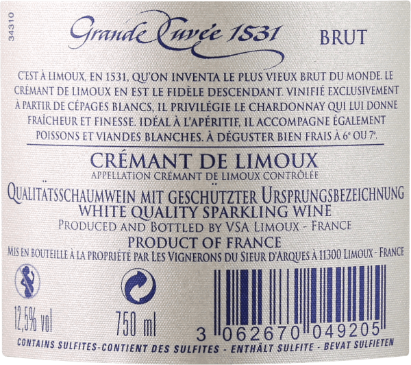 """Der mehrfach ausgezeichnete Crémant Grande Cuvée 1531 von Sieur d'Arques gilt als einer der besten Schaumweine Südfrankreichs und wurde nach dem Jahr benannt, in dem in Frankreich die Flaschengärung erfunden bzw. entdeckt wurde. In einem brillanten Weißgold erscheint diese Crémant de Limoux im Glas. Eine feine Perlage transportiert Aromen von grünem Apfel, Birne und Honig, sowie florale Noten weißer Blüten. Am Gaumen zeigt sich die Finesse dieses Schaumweines in einer feinen, zurückhaltenden Säurestruktur und einem hervorragenden Mousseux. Auch hier entfaltet sich seine Frische, zusammen mit Aromen von Honig und grünem Apfel sowie eine elegante Mineralität. In einem mittleren Nachhall zeigt sich noch einmal der lebhafte Charakter dieses Klassikers. Vinifikation der Aimery Grande Cuvée 1531 Crémant Der preisgekrönte Crémant der Winzergenossenschaft Sieur d'Arques huldigt einem wichtigen geschichtlichen Ereignis. Auf das Jahr 1531 datiert nämlich die erste amtliche Erwähnung eines Schaumweins aus Frankreich. Damals entdeckten Mönche der Abtei St. Hilaire die Flaschengärung, indem sie halbvergorenen Traubenmost in verschlossenen Flaschen liegen ließen. Dieser vergor weiter. Da das Kohlendioxid nicht entweichen konnte, löste es sich im Wein und machte diesen prickelnd. Die Lagen von Sieur d'Arques liegen im Langedoc und setzten sich aus vier verschiedenen Terroirs zusammen: Autan, Méditerranéen, Océanique und Haute-Vallée bilden die weinbauliche Grundlage für den Crémant de Limoux. Je nach Wunsch und Wetterlage können die Önologen des Hauses auf die Erträge der klimatisch unterschiedlichen Terroirs zugreifen. Der Crémant 1531 Grande Cuvée setzt sich aus den Rebsorten Chardonnay, Chenin Blanc und Pinot Noir zusammen. Diese werden früher als die Trauben der stillen Weine gelesen, damit ein standhaftes Säuregerüst gewährleistet werden kann. Die Grundweine werden anschließend nach der """"Méthode traditionelle"""" - also in klassischer Flaschengärung - ein zweites Mal vergoren. A"""