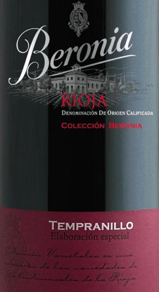 Aus dem berühmten Anbaugebiet Rioja in Spanien hat derTempranillo Elaboracion Especial Rioja DOCa von Beronia sein Zuhause. Dieser Wein präsentiert sich mit einer tiefen kirschroten Farbe im Glas. Das verführerische Bouquet offenbart Noten nach reifen, roten Früchten - insbesondere Pflaume, Herzkirsche und Himbeere - frischer Kakao und feine Nuancen nach Schokolade. Umrahmt werden die Aromen der Nase von würzigen Anklängen nach Zimt und etwas Lakritz. Am Gaumen zeigt sich ein runder, dichter und harmonischer Charakter mit viel saftiger Kirschfrucht, die perfekt von den warmen Tönen des Holzausbaus unterstrichen werden. Die Tannine sind wundervoll eingebunden und führen in ein lang anhaltendes, sanftes Finale. Vinifikation des BeroniaElaboracion EspecialTempranillo Durch die strenge Selektion, die bereits im Weinberg stattfindet, erreichen nur geringe, aber qualitativ hochwertige Erträge umgehend den Weinkeller von Beronia. Dort wird das Lesegut eingemaischt und die Vergärung findet in Holzfässern aus amerikanischer Eiche statt. Während dem Gärprozess wird der Tresterhut regelmäßig heruntergedrückt (Pigeage). Dieser Vorgang unterstützt die Extraktion der kräftigen Aromenfülle und Farbpigmente aus den Beerenschalen. Sobald die alkoholische Gärung abgeschlossen ist, bleibt dieser Wein für den biologischen Säureabbau als auch für den weiteren Holzausbau in diesen Holzfässern. Insgesamt 9 Monate wird dieser spanische Rotwein in amerikanischer Eiche ausgebaut, bis dieser Wein dann auf die Flasche gefüllt und im Flaschenlager für weitere 6 Monate ruht. Speiseempfehlung für den Rioja Tempranillo Elaboracion Especial von Beronia Genießen Sie diesen trockenen Rotwein aus Spanien zu warmen wie auch kalten Pasteten in Teighülle, geräuchertem Fisch sowie Fleisch aber auch zu mediterranen Eintöpfen und pikanten Hartkäsesorten.