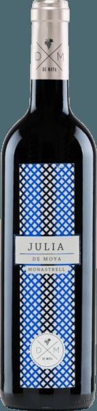 Der Julia Monastrellvon Bodega De Moya ist ein vollmundiger, rebsortenreiner Wein aus dem Anbaugebiet Valencia. Dieser Rotwein seiner Schwiegermutter Julia gewidmet. Im Glas strahlt dieser Wein in einem klaren Rubinrot mit hellroten Reflexen. Das Bouquet offenbart eine vielschichtige, facettenreiche Aromatik: saftige Brombeere und Himbeere trifft auf reife Johannisbeere mit sanften Anklängen nach Röstnoten. Unterlegt werden die Aromen der Nase von Holunder und Zedernholz. Die frische Säure am Gaumen harmoniert wundervoll mit der beerigen, holzigen Aromenvielfalt und dem runden, strukturierten Körper. Das Finale überzeugt mit wunderbarer Länge. Vinifikation desJulia Monastrell De Moya Die Monastrell-Trauben für diesen Rotwein stammen von 60 Jahre alten Reben in Weinbergen von Vall d-Albaida und werden sorgsam von Hand gelesen. Das Lesegut wird bereits im Weinberg vorgenommen und in 15 kg Kisten gelesen. Bei 4 Grad Celsius werden die Trauben für 24 Stunden gekühlt, bevor die Maische in bei kontrollierter Temperatur in 1000 Liter Holzfässern beginnt. Der Gärprozess sowie die Mazeration betragen bei diesem Wein ca. 26 bis 34 Tage. Dabei wird der Tresterhut regelmäßig eingetaucht. Der Holzausbau findet bei diesem spaniscjen Rotwein in ausgewählten, neuen Barriques aus französischer Eiche für insgesamt 18 Monate statt. Speiseempfehlung für den Bodega De MoyaJulia Monastrell Genießen Sie diesen trockenen Rotwein aus Spanien zu Gerichten der asiatischen Küche oder auch zu italienischen Klassikern, wie selbstgemachter Pizza mit würziger Salami oder auch Spaghetti Bolognese. Wir empfehlen Ihnen, diesen Wein zu dekantieren. Auszeichnungen für den Monastrell Julia von De Moya Mundus Vini: Silber für 2015