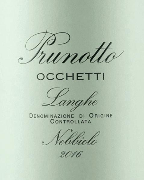 Der Occhetti Nebbiolo Langhe DOC von Prunotto leuchtet im Glas intensiv Rubinrot mit Tendenz zum Granatrot. An der Nase entfalten sich eleganten Duftnoten von Himbeere, Rosenblätter und Lakritzaromen. Am Gaumen präsentiert sich dieser Piemonteser Nebbiolo vollmundig, harmonisch, mit eleganter, schmeichelnder Struktur und weichen Tanninen. Der Abgang ist lang und ausgewogen nachhaltig. Vinifikation des Occhetti Nebbiolo Langhe DOC von Prunotto Die Nebbiolo-Trauben für diesen eleganten, reinsortigen Rotwein aus dem Piemont wachsen auf 250 m.ü.d.M. in Süd-Süd-West-Ausrichtung, die Böden sind von nicht sehr tiefgründigen Meeressandböden geprägt, mit Schotterschichten vermischt mit Ton- und Kalkmergelschichten. Die optimal gereiften Trauben werden nach der manuellen Lese entrappt und gepresst, die Mazeration und alkoholische Gärung über 7 Tage erfolgt bei kontrollierten Temperaturen von maximal 29°C, die malolaktische Gärung wird vor Winterbeginn vollständig abgeschlossen. Nach einem Ausbau in Holzfässern unterschiedlicher Größe von 18 Monaten wird der Wein abgefüllt und ruht noch einige Monate im Flaschenlager bevor er in den Verkauf gelangt. Speiseempfehlungen für den Occhetti Nebbiolo Langhe DOC von Prunotto Genießen Sie diesen eleganten, duftenden Nebbiolo zu warmen Vorspeisen, Pasta, Risotto, Polenta und nicht zu üppigen und schweren Fleischgerichten. Es empfiehlt sich die Flasche 1 Stunde vor dem Servieren zu öffnen. Auszeichnungen für den Occhetti Nebbiolo Langhe DOC von Prunotto Gambero Rosso: 2 Gläser für 2013 und 2014 I Vini di Veronelli: 89 Punkte für 2014 Bibenda: 3 Trauben für 2011, 4 Trauben für 2012 James Suckling: 90 Punkte für 2012 I Vini di Veronelli: 90 Punkte für 2011