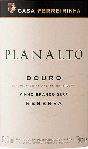 The nose of this white wine from Douro & Porto convinces with nuances of quince, physalis, blackberry and pink grapefruit, its fruity character makes this wine so special. This Portuguese wine inspires with its elegant dry taste. He was brought with only 0.8 grams of residual sugar on the bottle. As one can expect with a wine in the upper price range, this Portuguese wine raptures with finest balance in all dryness. Excellent taste does not necessarily need sugar. On the palate, the texture of this light-footed white wine presents itself wonderfully melty and creamy. Due to the balanced fruit acidity, the Planalto Reserva Douro flatters with a velvety palate feeling, without lacking juicy liveliness. In the finish, this white wine from the Douro & Porto wine growing region finally inspires with considerable length. Once again there are hints of lilac and pomelo. Vinification of the Casa Ferreirinha Planalto Reserva Douro This elegant white wine from Portugal is made from the grape varieties Arinto, Codega do Larinho, Gouveio, Malvasia Fina, Muscat, Rabigato and Viosinho. After the grape harvest, the grapes quickly reach the winery. Here they are sorted and carefully ground. Fermentation follows in stainless steel tanks and small wood at controlled temperatures. At the end of this process, the Planalto Reserva Douro is aged in oak barrels for another 3 months. Food recommendation for the Casa Ferreirinha Planalto Reserva Douro This white wine from Portugal is best enjoyed moderately chilled at 11 - 13°C. It is perfect as an accompaniment to onion tart with thyme, spicy chestnut soup or leek tortilla.