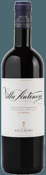 Der Villa Antinori Chianti Classico DOCG Riserva von Marchesi Antinori präsentiert sich im Glas in einem leuchtenden Rubinrot. An der Nase entfalten sich deutlich intensive fruchtige Noten von reifen Kirschen und Waldbeeren, sowie gut integrierte Aromen von geröstetem Holz, Tabak und einer leichten balsamischen Nuance. Am Gaumen ist dieser Chianti Classico Riserva einnehmend, lebhaft, geschmackvoll, vollmundig, mit weichen und samtigen Tanninen. Der Abgang ist lang, delikat, bestimmt, elegant und nachhaltig. Vinifikation des Villa Antinori Chianti Classico Riserva von Marchesi Antinori Für diesen feinen Chianti Classico Riserva werden Sangiovese zu mindestens 90% und weitere rote Rebsorten Cabernet Sauvignon und Merlot zu maximal 10% vinifiziert. Nach der sanften Entrappung und Pressung verläuft die alkoholische Gärung in Edelstahltanks nach Rebsorten getrennt bei kontrollierter Tempertatur von maximal 30°C. Die Mazeration auf den Schalen über 15 Tage dient dazu Aromen, Struktur und die sanften Tannine zu erhalten. Der Sangiovese vollzieht seine alkoholische Gärung in Edelstahltanks, die anderen roten Rebsorten in Barriques zweiter und dritter Nutzung, anschließend werden die einzelnen Partien zum Wein vermählt. Der Ausbau wird dann in Holzfässern forgesetzt, vor allem große Fässer, ein kleiner Anteil in Barriques, bis zum übernächsten Frühjahr. Nach der Abfüllung im Sommer reift der Wein noch mindestens drei Monate in der Flasche bevor er in den Verkauf gelangt.Ein Chianti Riserva muss mindestens 24 Monate Ausbauzeit durchlaufen ab dem 1.Januar nach der Weinlese, davon mindestens 3 Monate Flaschenlagerung. Mit Einweihung der neuen Chianti Classico Kellers, entstand bei Antinori der Wunsch, ein historisches Label wieder aufleben zu lassen, welches erstmals 1928 produziert wurde. 60 % des Weins wurde in Holzfässern ausgebaut; der Rest in kleinen französischen und ungarischen Barriques. Ein kleiner Anteil wurde in neuen Fässern ausgebaut. Ergebnis ist dieser einzigart