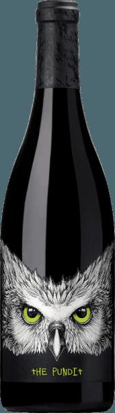 Der Tenet The Pundit Syrah von Chateau Ste. Michelle ist eine wahre Gruppenarbeit der drei Winemaker Bob Bertheau (Chateau Ste Michelle), Michel Gassier und Philippe Cambie (beide Rhône). Dieser Rotwein ist eine herausragende Cuvée aus den Rebsorten Syrah (88%), Grenache (6%) Mourvèdre (4%) und Viognier (2%). Im Glas präsentiert sich ein sehr tiefdunkles Rot - fast schon schwarz - mit glänzenden rubinroten Glanzlichtern. Das ausdrucksvolle Bouquet offenbart intensive Noten nach dunklen Beeren (Brombeere, Heidelbeeren und schwarze Johannisbeere) zusammen mit saftigen Kirschen Kakao und süßer Vanille. Dazu gesellen sich feinste Anklänge nach schwarzen Trüffel. Sehr strukturiert und kraftvoll überzeugt dieser amerikanische Rotwein den Gaumen. Die Textur ist wunderbar fleischig, rund und sehr geschmeidig. Die dichte Aromatik nach süß gereiften Pflaumen, Brombeeren, Veilchen und Vanille verbinden sich mit Anklängen nach Tee zu einer unvergesslichen Aromenvielfalt. Die exzellente Balance von reifer Frucht, lebendiger Frische und reifem Tannin reicht bis in das sehr lange Finale. Vinifikation des Ste. Michelle Syrah Tenet The Pundit Alle Trauben für diesen amerikanischen Rotwein werden bei optimaler Reife gelesen. 10% werden im Ganzen mit Stielen vergoren, die restlichen 90% werden zuvor entrappt. Die verschiedenen Rebsorten werden gemeinsam im Edelstahltank vergoren. Nach abgeschlossenem alkoholischem Gärprozess werden 61% dieses Weins in Fässern aus französischer Eiche ausgebaut - 23% reifen in feinporiger französischer Eiche - und 16% in amerikanischer Eiche. Speiseempfehlung für den Tenet The Pundit Ste Michelle Syrah Genießen Sie diesen trockenen Rotwein aus den USA zu Gänsebraten mit Blaukraut und Klößen, Entenbrust in dunkler Sauce, oder auch zu Wildragout mit Bandnudeln. Auszeichnungen für den Tenet The Pundit Syrah Robert M. Parker - The Wine Advocate: 92 Punkte für 2015