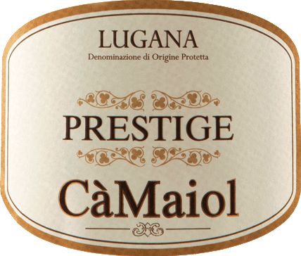 DerPrestige Lugana von Cà Maiolkommt mit leuchtendem Strohgelb ins Glas und duftet hier herrlich expressiv nach grünem Apfel, Limetten und einem Hauch Thymian. Fruchtige Noten von Mirabellen und Aprikosen sowie ein tropischer Hauch Mango gesellen sich hinzu. Zarte Anflüge von Heu und eine feine, an Grünen Veltliner erinnernde Weiße-Pfeffer-Note runden das Bouquet dieses traumhaften Weißweins von der lombardischen Flanke des Garda-Sees ab. Am Gaumen ist der Prestige Lugana von Cà Maiol rund, geschmeidig und wunderbar mineralisch im Finale. Vinifikation des Lugana Prestige von Cà Maiol Der Lugana Prestige wird geprägt von zwei Dingen. Erstensein einmaliger, lehmreicher Boden, der den Trauben richtig viel Kraft gibt, zweitens das milde Mikroklima des Gardasees, das derRebsorte Trebbiano di Lugana perfekte Voraussetzungen gibt. Bei der Handlesewerden nur Trauben aus Weinbergen der Tenuta Maiolo gewählt. Hier sind die Reben mittleren Alters und verbinden so Kraft mit Expressivität. Vinifiziert wird der Prestige Lugana ausschließlich im Edelstahltank. Es folgt eine kurze Verfeinerung, bis er im Frühling nach dem Jahr der Lese auf die Flasche kommt. Speiseempfehlung zum Cà Maiol Lugana Prestige Dieser Lugana aus Norditalien passt perfekt zu Sushi und Meeresfrüchten, zu Pasta mit hellen Saucen und Risotto und zu magerem, gedünstetem Fisch. Auszeichnungen für den Cà Maiol Prestige Lugana DOP Falstaff: 92 Punkte für 2017 Douja D'Or: Oscar für 2016 Gambero Rosso: 2 Gläser für 2015