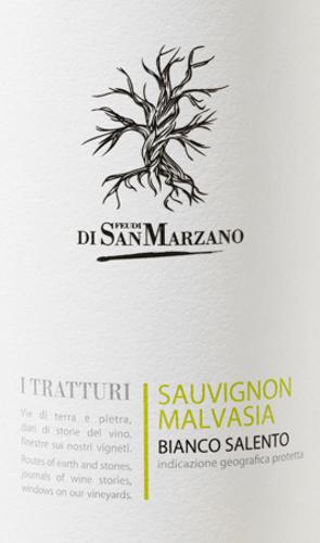 Ein klarer, jugendlicher Weißwein ist der I Tratturi Bianco von Cantine San Marzano. Knackige Säure ergeht sich in einer belebenden Frucht. Ein Wein für Stunden voller Lebensfreude. Strohgelb und klar mit grünlichen Glanzlichtern zeigt sich dieser Wein im Glas. Jugendlich frisch präsentiert sich der I Tratturi Bianco in der Nase. Das duftig-frische Bouquet erinnert an Äpfel und weiße Blumen. Der Gaumen erfreut sich an einer fruchtigen Aromatik nach Passionsfrucht, Mandarine und vor allem Pfirsich. Die pikante Säure verleiht diesem italienischen Weißwein eine schöne Struktur. Bei mittlerem Körper zeigt sich diese Cuvée trocken und dennoch fruchtig und schließt mit einem angenehm langen Nachhall. Vinifikation des Cantine San Marzano I Tratturi Bianco DerI Tratturi Bianco Salento ist ein Cuvée aus Sauvignon Blanc und autochtoner Malvasia Bianca-Traube. Die Lese der Trauben erfolgt recht früh. Nach der Pressung wird der Most im Stahltank unter strengen Temperaturkontrollen vergoren, wonach dieser Weißwein dort verbleibt um zu reifen. Speiseempfehlung für den Bianco San Marzano I Tratturi Bei einer Temperatur von 8-10°C genießen Sie diesen trockenen Weißwein aus Italien zu leichten Vorspeisen - wie gegrilltem Gemüse - zu Pasta, Fischgerichten, sowie Ziegenfrischkäse und quarkige Nachspeisen.