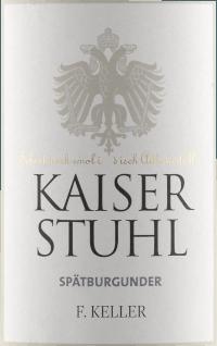 Mit dem Weingut Franz Keller Kaiserstuhl Spätburgunder kommt ein erstklassiger Rotwein ins Glas. Hierin offeriert er eine wunderbar brillante, hellrote Farbe. Mit etwas Seitenlage offenbart das Rotweinglas, Burgunderkelch an den Rändern einen charmanten granatroten Ton. In ein Rotweinglas eingegossen, zeigt dieser Rotwein aus Deutschland herrlich duftig Aromen nach Pflaume, Schwarzkirsche, Maulbeere und Brombeere, abgerundet von orientalischen Gewürzen, Zimt und Lebkuchen-Gewürz, die der Ausbau im Holzfass beisteuert. Der Weingut Franz Keller Kaiserstuhl Spätburgunder präsentiert sich dem Wein-Genießer wunderbar trocken. Dieser Rotwein zeigt sich dabei nie grobschlächtig oder karg, wie man es bei einem Wein im hohen Qualitätsweinbereich erwarten kann. Auf der Zunge zeichnet sich dieser leichtfüßige Rotwein durch eine ungemein samtige Textur aus. Das Finale dieses Rotwein aus der Weinbauregion Baden, genauer gesagt aus Kaiserstuhl, begeistert schließlich mit gutem Nachhall. Der Abgang wird zudem von mineralischen Anklängen der von Löss dominierten Böden begleitet. Vinifikation des Weingut Franz Keller Kaiserstuhl Spätburgunder Dieser Wein legt den Fokus klar auf eine Rebsorte, und zwar auf Spätburgunder. Für diesen wunderbar eleganten sortenreinen Wein von Weingut Franz Keller wurde nur erstklassiges Traubenmaterial eingebracht. Die Trauben wachsen unter optimalen Bedingungen in Baden. Die Reben graben hier ihre Wurzeln tief in Böden aus Löss. Wenn die perfekte physiologische Reife sichergestellt ist werden die Trauben für den Kaiserstuhl Spätburgunder ohne die Hilfe grober und wenig selektiver Vollernter ausschließlich händisch geerntet. Nach der Weinlese gelangen die Trauben umgehend ins Presshaus. Hier werden sie selektiert und behutsam aufgebrochen. Anschließend erfolgt die Gärung im großen Holz bei kontrollierten Temperaturen. Der Gärung schließt sich eine Reifung für einige Monate in Fässern aus Eichenholz an. Speiseempfehlung für den Kaiserstuhl Spätburgunder 