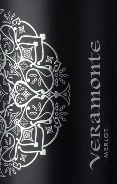 Der Merlot von Veramonte ist ein ansprechener, rebsortenreiner Rotwein aus dem chilenischen Weinanbaugebiet Valle de Casablanca. Im Glas leuchtet dieser Wein in einem tiefen Rubinrot mit granatroten Glanzlichtern. Das ausdrucksvolle Bouquet verbindet intensive Aromen nach frischen Brombeeren, reifen Himbeeren mit feinen Anklängen nach Johannisbeeren und einem Hauch von Würze. Sehr fruchtbetont überzeugt dieser chilenische Rotwein den Gaumen. Dazu gesellt sich eine schöne Frische mit fruchtigen Noten nach roten Beeren und - dank dem Holzausbau - feinste Anklänge nach Gewürzen und Vanille. Das Finale wartet mit einer schönen, angenehmen Länge auf. Vinifikation des Merlot Veramonte In den kühlen frühen Morgenstunden werden die Merlot Trauben für diesen Rotwein im Casablanca Valley gelesen. Im Keller wird das Lesegut vollständig entrappt und für 5 Tage in offenen Stahltanks eingemaischt. Danach wird die Temperatur in den Edelstahltanks erhöht und die alkoholische Gärung beginnt. Ist dieser Prozess abgeschlossen, verbleibt dieser Wein noch für 10 Tage auf der Maische. Abgerundet wird dieser Wein für 8 Monate in Eichenholzfässern (Mehrfachbelegung). Speiseempfehlung für den Veramonte Merlot Dieser trockene Rotwein aus Chile passt hervorragend zu gegrilltem Fleisch, Lammkarree im Kräutermantel, italienische Nudelaufläufe (Lasagne oder Cannelloni) aber auch zu gereiften Hartkäsesorten.