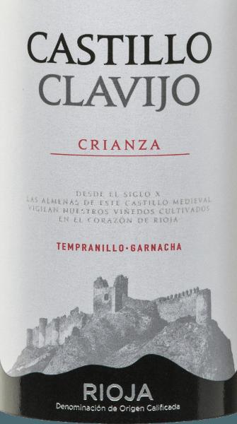 Der Castillo de Clavijo Crianza Rioja DOCa von Criadores de Rioja ist eine wundervolle Cuvée aus den Rebsorten Tempranillo (90%) und Garnacha Tinta (10%). Dieser spanische Rotwein funkelt im Glas in einem dichten Kirschrot mit violetten Reflexen. Im Bouquet finden sich Aromen von Waldfrüchten - insbesondere wilde Brombeere und Heidelbeere - und Vanilletöne vom Holzausbau. Weich und rund wirkt dieser Rotwein am Gaumen, mit einem vollen Geschmack nach reifen Früchten, Vanille und Würznoten und einer feinen Säurestruktur. Dieser ausbalancierte Tempranillo endet sich in einen körperreichen, eleganten Abgang. Vinifikation des Castillo de Clavijo Crianza Nach der Handlese der Trauben des Weingutes Criadores de Rioja werden diese entrappt, gemahlen und temperaturkontrolliert in Edelstahltanks vergoren. Im Anschluss reift dieser vegane Wein für 12 Monate in amerikanischen und französischen Eichenfässern. Speiseempfehlung für denCriadores de RiojaCastillo de ClavijoCrianza Empfohlen wird dieser Rotwein aus Spanien zu Tapas, Aufschnitt, Stockfisch, Lachs, Chili con Carne, allen Arten von rotem Fleisch und mittelreifen Hartkäsesorten.