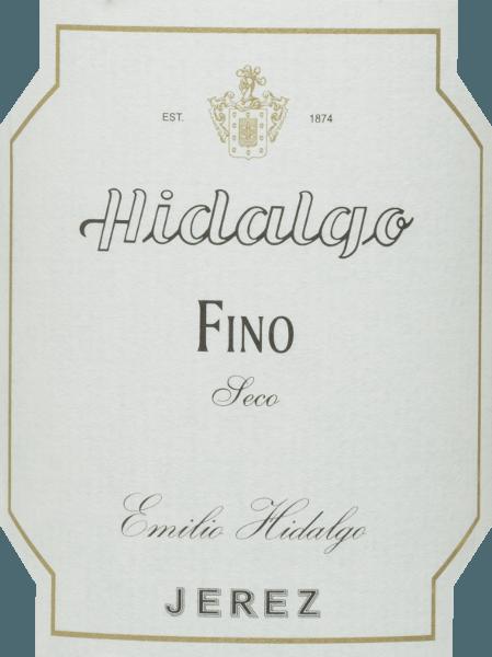 Der Fino Jerez Seco von Emilio Hidalgo ist ein trockener Sherry aus der Rebsorte Palomino Fino und präsentiert sich im Glas in einer hellen strohgelben Farbe. In der Nase entwickelt sich bei diesem Sherry ein intensives Bouquet nach nussigen Noten und zarten Wildblumen. Zu den Aromen der Nasegesellen sich Anklänge, die an Brot und Hefe erinnern. Am Gaumen präsentiert sich ein delikater, leichter und eleganter Geschmack mit einer nussigen Aromatik - besonders Mandeln und Walnüsse treten in den Vordergrund. Dieser erfrischende Sherry schließt mit einem langen Finale ab. Vinifikation desEmilio HidalgoFino Jerez Seco Die von Hand gelesenen Trauben werden entrappt, sanft gepresst und der daraus entstandene Most temperaturkontrolliert im Edelstahltank vergoren. Im Anschluss wird dieser junge Wein abgezogen, aufgespritet und zur ersten Reife in Fässer aus amerikanischer Eiche gelegt. Dabei werden die Fässer nur zu einem gewissen Teil (maximal 85%) gefüllt, sodass sich die charakteristische Flor (eine Hefeschicht) entwickeln kann, die den Wein luftdicht abschließt und ihm das sherry-spezifische Aroma verleiht. Nach erfolgter Reife wird dieser Wein ins traditionelle Solera-System geleitet, in welchen typgleiche Sherrys in übereinander gereihten Fässern für drei bis zehn Jahre ausgebaut werden. In den unteren Fässern (Solera) lagern hierbei die ältesten Weine, während in den oberen Reihen (Criaderas) die jüngsten Weine aufliegen. Der für den Verkauf bestimmte Sherry wird immer den unteren Fässern entnommen. Hierbei wird jedoch lediglich ein kleiner Teil (maximal ein Drittel) entnommen und der entnommene Teil sodann durch Sherry aus den oberen Reihen aufgefüllt. Das ganze Prinzip wird bis in die obersten Fässer fortgeführt, wo dem Sherry junger Wein, der Mosto, zugesetzt wird. Speiseempfehlung für den Fino Jerez Seco Hidalgo Wir empfehlen Ihnen diesen trockenen Sherry als erfrischenden Aperitif oder Begleiter zu Salaten, Tapas, Sushi, Schalentieren und Fisch.