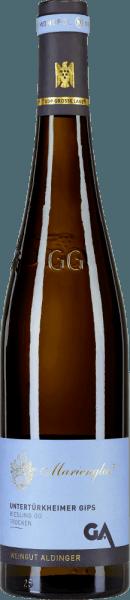Das Große Riesling Gewächs von Aldinger aus dem Untertürkheimer Gips stammt aus dem Filetstück Marienglas. Ins Glas kommt er mit schönem Platingelb und weißgoldenen Reflexen. Die erste Nase zeigt viel gelbe Steinfrucht wie Mirabelle und Aprikose, ergänzt um Mandarine und Grapefruit. Anflüge von Mandeln und zartrauchige Nuancen runden das eindrucksvolle Bouquet dieses Spitzen-Rieslings aus Württemberg perfekt ab. Am Gaumen zeigt sich der Marienglas-Riesling GG intensiv, konzentriert, traumhaft eindringlich und wunderbar salzig-mineralisch. Ein feiner Schmelz lässt diesen Spitzen-Riesling behende über die Zunge springen und in einen sehr langen und komplexen Abgang münden. Große Kunst und absolut topbewertet. Vinifikation des Aldinger Untertürkheimer Gips Weißburgunders Dieser Riesling aus der Großen Lage Marienglas Untertürkheimer Gips wird ausschließlich spontan und stürmisch (also ohne Kühlung) im großen Holzfass vergoren, was dem Wein eine enorme Tiefe und Komplexität verleiht, für den Winzer aber ein hohes Risiko birgt. Setzen sich die falschen Hefestämme bei der Gärung durch, wird der Wein fehlerhafte Töne entwickeln. Nach der Gärung reift der Untertürkheimer Gips Marienglas Riesling volle 10 Monate auf der Vollhefe bevor er abgefüllt wird und am 1. September des Folgejahres in den Handel kommt. Speiseempfehlungen zum Marienglas Riesling Großes Gewächs von Aldinger Genießen Sie diesen außerordentlichen Spitzen-Riesling zu würzigen Geflügelgerichten, zu Würzfleisch oder zu Lamm und kurzgebratenem Duroc- oder Ibérico-Schwein. Auszeichnungen für den Riesling Großes Gewächs Untertürkheimer Gips Marienglas von Aldinger Gault Millau: 94 Punkte für 2018 Falstaff Weinguide: 93 Punkte für 2018 Eichelmann: 92 Punkte für 2018 Vinum: 92 Punkte für 2017