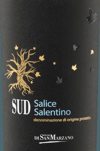 Der SUD Salice Salentino von Catine San Marzano ist eine wundervolle, körperreiche und ausbalancierte Rotwein-Cuvée aus dem italienischen Weinanbaugebiet Apulien. In tiefem Rubinrot mit dunkelroten Reflexen brilliert dieser Wein im Glas. Das intensive und würzige Bouquet mit Aromen von Schwarzkirsche und Pflaume paart sich mit einer deutlichen Kräuternote, die das mediterrane Klima des Anbaugebiets widerspiegelt. Am Gaumen entfalten sich weiche Tannine eingebettet in Fruchtaromen dunklen Steinobstes. Der französischen Eiche ist die gut integrierte Holznote zu verdanken, die den mediterranen Kräuteraromen als hervorragendes Pendant dient. Der Nachhall dieses körperreichen Cuvées ist lang und von kräftiger Würze Vinifikation des San Marzano SUD Salice Salentino Bei dieser Cuvée kommen autochthone Sorten, wie die Negroamaro- und die Malvasia Nera-Traube, zusammen. Durch die Ertragsreduktion, die dem Kalksteinfelsboden und der geringen Humusschicht geschuldet ist, durchlaufen die Trauben einen natürlichen Veredelungsprozess. Starke Sonneneinstrahlung und der warme Scirocco schützen vor Schädlingsschaden und komplettieren die natürliche Qualität der Weine. Nach der Vinifikation wird die Cuvée für 6 Monate in französischer Eiche ausgebaut. Speiseempfehlung für den Salice Salentino San Marzano SUD Der SUD Salice Salento ist schon Solo ein wunderbarer Genuss. Aber auch zu aromatischen Antipasti, wie Vitello Tonnato oder zu Steak, gegrilltem Thunfisch und Grill-Gemüse passt dieser trockene Rotwein aus Italien hervorragend.