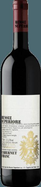 Mit dem Russiz Superiore Cabernet Franc Collio kommt ein erstklassiger Rotwein ins Weinglas. Hierin offenbart er eine wunderbar leuchtende, purpurrote Farbe. Schwenkt man das Glas, dann kann man bei diesem Rotwein eine erstklassige Balance wahrnehmen, denn er zeichnet sich an den Wänden des Glases weder wässrig noch sirup- oder likörartig ab. In der Nase dieses Rotweins aus der Appellation Friaul-Julisch Venetien vernehmen wir Aromen von allerlei roten und schwarzen Beerenfrüchten, ergänzt um würzige Nuancen. Der Russiz Superiore Cabernet Franc Collio präsentiert sich dem Weinliebhaber angenehm trocken. Dieser Rotwein zeigt sich dabei nie grobschlächtig oder karg, wie man es bei einem Wein Spitzenweinbereich erwarten kann. Das Finale dieses jugendlichen Rotwein aus der Weinbauregion Friaul-Julisch Venetien, genauer gesagt aus Collio Goriziano /Collio DOC, begeistert schließlich mit schönem Nachhall. Vinifikation des Cabernet Franc Collio von Russiz Superiore Dieser Rotwein legt den Fokus klar auf eine Rebsorte, und zwar auf Cabernet Franc. Für diesen außergewöhnlich balancierten sortenreinen Wein von Russiz Superiore wurde nur makelloses Lesegut verwendet. Nach der Weinlese gelangen die Weintrauben umgehend in die Kellerei. Hier werden sie sortiert und behutsam aufgebrochen. Es folgt die Gärung im Edelstahltank bei kontrollierten Temperaturen. Nach ihrem Ende . Speiseempfehlung für den Cabernet Franc Collio von Russiz Superiore Erleben Sie diesen Rotwein aus Italien am besten temperiert bei 15 - 18°C als begleitenden Wein zu Zitronen-Chili-Hühnchen mit Bulgur, Rote Zwiebeln gefüllt mit Couscous und Aprikosen oder Kalb-Zwiebel-Auflauf.