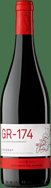 Der im Fass ausgebaute GR-174 Priorat aus der Weinbau-Region Katalonien offenbart sich im Glas in dichtem Purpurrot. Der Nase zeigt dieser Casa Gran del Siurana Rotwein allerlei Zwetschken, Brombeeren, Maulbeeren, schwarze Johannisbeeren und Schattenmorellen. Als wäre das nicht bereits eindrucksvoll, gesellen sich durch den Ausbau im kleinen Holzfass noch schwarzer Tee, Vanille und grüne Paprika hinzu. Am Gaumen startet der GR-174 Priorat von Casa Gran del Siurana wunderbartrocken, griffig und aromatisch. Auf der Zunge zeichnet sich dieser druckvolle Rotwein durch eine ungemein dichte Textur aus. Im Abgang begeistert dieser lagerfähige Rotwein aus der Weinbauregion Katalonien schließlich mit guter Länge. Erneut zeigen sich wieder Anklänge an Lilie und Schattenmorelle. Im Nachhall gesellen sich noch mineralische Noten der von Schiefer dominierten Böden hinzu. Vinifikation des GR-174 Priorat von Casa Gran del Siurana Grundlage für den kraftvollen GR-174 Priorat aus Katalonien sind Trauben aus den Rebsorten Cabernet Sauvignon, Cariñena und Garnacha. In Katalonien wachsen die Reben, die die Trauben für diesen Wein hervorbringen auf Böden aus Schiefer. Die Trauben dieses Spitzenweins von Casa Gran del Siurana wachsen zudem nicht etwa im Flachland, sondern graben in Steillagen ihr Wurzelwerk in den Untergrund. Der Steillagenanbau stellt sicher, dass auch in kühleren Regionen mit kürzeren Vegetationsperioden die Weinreben ein Maximum an Sonne erhalten. Nach der Lese gelangen die Weintrauben umgehend ins Presshaus. Hier werden sie selektiert und behutsam gemahlen. Es folgt die Gärung im kleinen Holz bei kontrollierten Temperaturen. Nach ihrem Ende wird der GR-174 Priorat noch für 12 Monate in Barriques aus Eichenholz ausgebaut. Speiseempfehlung zum Casa Gran del Siurana GR-174 Priorat Dieser Rotwein aus Spanien sollte am besten temperiert bei 15 - 18°C genossen werden. Er eignet sich perfekt als begleitender Wein zu gebackenen Schafskäse-Päckchen, Ossobuco oder Thai-Gurkens