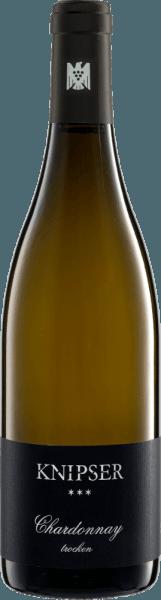 """Der Knipser Chardonnay *** ist das Barrique-Wunder aus dem Hause Knipser. Dieser Spitzen-Weißwein aus der Pfalz kommt mit zarten Goldgelb ins Glas und offenbart vom ersten Moment an sehr üppige, aber nie übertrieben fette Noten von tropischen Früchten wie Guave und Banane, Zitronenschale, reife Mirabelle, Williams-Birne und weitere gelbe Früchte. Würzige Noten vom Barrique wie Mandel und geröstete Haselnuss aber auch feiner Butterkaramell und ein Anflug von Brioche runden das Bouquet dieses Top-Weins perfekt ab. Am Gaumen offenbart der Chardonnay *** von Knipser trotz seines fülligen Körpers eine große Frische, was vor allem der vitalen Fruchtsäure zu verdanken ist. Eine beinahe burgundische Eleganz, wie es in Deutschland sonst nur die Spitzen-Winzers Badens vinifizieren können, zeichnet diesen herrlichen Knipser Chardonnay aus. Richtig griffig und samtig-weich im Finale. Vinifikation des Chardonnay *** von Knipser Die Trauben für den Dreistern Chardonnay wachsen in er einer echten VDP-Spitzenlage, dem Großkarlbacher Burgweg. Die Teillage """"Im Grossen Garten"""" mit ihrem Kalksteinboden schafft perfekte Bedingungen für exzellent gereifte Trauben . Nach der späten und höchst selektiven Handlese perfekt gesunder Trauben kommen diese umgehend ins Weingut. Nach der Maischung und Pressung gärt der Chardonnay *** von Knipser in neuen Barriques aus französischer Eiche. Anschließen liegt er noch für 6 Monate im Barrique auf der Vollhefe, die regelmässig aufgerührt wird. Speiseempfehlung zum Knipser Chardonnay *** Dieser trockene, kraftvolle Weißwein aus Deutschland ist ein wunderbarer Begleiter zu edlen Meeresfrüchten wie Hummer, Kaisergranat oder Langusten. Prämierungen für den Dreistern Chardonnay von Knipser Eichelmann: 91 Punkte für 2014 Gault Millau: 90 Punkte für 2014 """"Der Dreistern-Chardonnay ist jetzt schon präsenter, zeigt klare Frucht, Zitruswürze undburgundische Eleganz"""" - Eichelmann"""