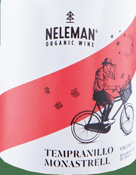 Mit dem Neleman Tempranillo Monastrell kommt ein erstklassiger Bio-Rotwein ins geschwenkte Glas. Hierin offeriert er eine wunderbar leuchtende, rubinrote Farbe. Das Bukett dieses Rotweins aus Valencia begeistert mit Anklängen von Maulbeere, Lilie, Schwarze Johannisbeere und Veilchen. Spüren wir der Aromatik weiter nach, kommen mediterrane Kräuter, grüne Paprika und Garrigue hinzu. Dieser spanische Wein begeistert durch sein elegant trockenes Geschmacksbild. Er wurde mit außergewöhnlich wenig Restzucker auf die Flasche gebracht. Hier handelt es sich um einen echten Qualitätswein, der sich klar von einfacheren Qualitäten abhebt und so verzückt dieser Spanier natürlich bei aller Trockenheit mit feinster Balance. Aroma braucht nicht unbedingt viel Zucker. Auf der Zunge zeichnet sich dieser ausgeglichene Rotwein durch eine ungemein seidige Textur aus. Das Finale dieses jugendlichen Rotwein aus der Weinbauregion Valencia, genauer gesagt aus der Valencia DO, überzeugt schließlich mit beachtlichem Nachhall. Der Abgang wird zudem von mineralischen Facetten der von Schiefer und Kalkstein dominierten Böden begleitet. Vinifikation des Neleman Tempranillo Monastrell Dieser balancierte Rotwein aus Spanien wird biologisch aus den Rebsorten Monastrell und Tempranillo cuvetiert. Die Trauben wachsen unter optimalen Bedingungen in Valencia. Die Reben graben hier ihre Wurzeln tief in Böden aus Kalkstein und Schiefer. Nach der Weinlese gelangen die Weintrauben zügig ins Presshaus. Hier werden sie sortiert und behutsam aufgebrochen. Es folgt die Gärung im Edelstahltank bei kontrollierten Temperaturen. Nach dem Abschluss der Gärung kann sich der Tempranillo Monastrell für einige Monate auf der Feinhefe weiter harmonisieren.. Speiseempfehlung zum Neleman Tempranillo Monastrell Erleben Sie diesen Bio-Rotwein aus Spanien idealerweise temperiert bei 15 - 18°C als begleitenden Wein zu Rote Zwiebeln gefüllt mit Couscous und Aprikosen, gebackenen Schafskäse-Päckchen oder Kabeljau mit Gurken-Senf
