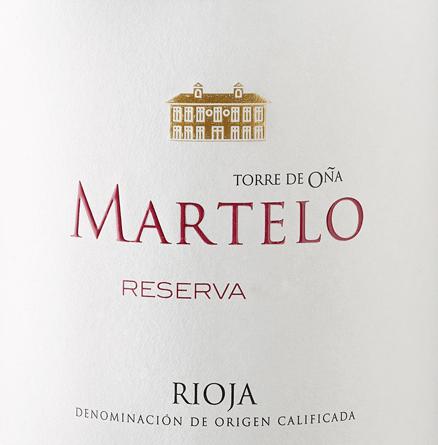 DerMartelo Reserva von Torre de Oña aus dem spanischen Weinanbaugebiet DOCa Rioja ist eine exzellente, aromatische und ausgewogene Rotwein-Cuvée, die aus den Rebsorten Tempranillo, Mazuelo, Garnacha und Viura vinifiziert wird. Im Glas schimmert dieser Wein in einem intensiven Rubinrot mit kirschroten Glanzlichtern und granatrotem Rand. Die Nase wird von einer intensiven Aromatik umschmeichelt. Es offenbaren sich fruchtige Aromen nach Himbeeren, Kirschen und Preiselbeeren - perfekt untermalt vonbalsamische und würzige Noten nach Vanille, Lakritze, dunkle Schokolade und Nelken. Am Gaumen überzeugt dieser spanische Rotwein mit einer wundervollen Frische und Ausgewogenheit. Die angenehme Säure ist sehr gut ausbalanciert und harmoniert wunderbar mit den seidigen Tanninen. Dieser Rotwein wird von einem angenehm langen Finale abgerundet, dass ein tolles Lagerpotenzial verspricht Vinifikation desTorre de Oña Finca MarteloReserva Die Trauben für diesen Rotwein stammen von übersechzig Jahre alten Reben, verteilt auf nord-südliche Hänge. DerWinzer Julio Sáenz greift für den Martelo Reserva auf die Weingüter Martelo, Camino de la Iglesia und Las Cuevas zurück. Sorgsam von Hand werden die Trauben gelesen und umgehend in den Weinkeller vonTorre de Oña gebracht. Dort wird das Lesegut zuerst entrappt, zerdrückt und bei einer Temperatur von 10 Grad Celsius für 9 Tage kalt eingemaischt. Danach startet die alkoholische Gärung gefolgt von einer 96-tägigen malolaktischen Gärung mit wöchentlicher Bâttonage in amerikanischer und französischer Eiche. Abschließend rundet dieser Wein für 24 Monate in Fässern aus französischer und amerikanischer Eiche harmonisch ab. Speiseempfehlung für den Reserva Torre de OñaMartelo Genießen Sie diesen trockenen Rotwein aus Spanien zu Rinderschmorbraten in dunkler Sauce, gebratenem Rinderfilet auf Kartoffel-Selleriestampf oder auch zu ausgewählten Wurstspezialitäten. Auszeichnungen für denMartelo Reserva von Torre de Oña James Suckling: 93 Punkte für 2012
