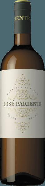 Dieser Varietal Verdejo von José Pariente ist ein duftiger, rebsortenreiner Weißwein aus dem spanischen Weinanbaugebiet DO Rueda. Im Glas funkelt dieser Wein in einem hell-glänzenden Strohgelb mit grünlichen Glanzlichtern. Das Bouquet überzeugt die Nase mit intensiven, vielschichtigen Aromen. Neben den leicht grasigen Nuancenfinden sich frische Aromen nach Stachelbeeren, Kräutern, Zitrusfrüchten, Cassisblüten, zarte exotische Anklänge und ein Hauch Fenchel. Der Gaumen wird von einer lebhaften Frische und rassigen Säure mit dezent mineralischen Nuancen verwöhnt. Auch die Aromen der Nase sind herrlich spürbar. Die Textur verdankt ihren leicht cremigen Charakter der Lagerung auf der Feinhefe. Dieser spanische Weißwein besitzt eine schöneBalance von Fülle, Frucht und Frische und schließt in einen angenehm langen Nachhall mit Verdejo-typisch zarter Bitternote. Vinifikation des José ParienteVarietal Verdejo Nach der Lese der Trauben inRueda, La Seca und Serrada wird das Lesegut zunächst für 8 bis 10 Stunden kalt eingemaischt. Danach werden die Trauben sanft gepresst und bei niedrigen Temperatur mit natürlichen Hefen im Edelstahltank vergoren. Nach dem abgeschlossenen Gärprozess verbleibt dieser Wein für ca. 2 Monate auf der Feinhefe, bis dieser filtriert in die Flasche gefüllt wird. Speiseempfehlung für denVarietal Verdejo José Pariente Dieser trockene Weißwein aus Spanien ist ein toller Speisebegleiter zu frischen Jakobsmuscheln, knackigen Salat mit Hähnchenbruststreifen und zu Gerichten der asiatischen Küche. Aber als willkommener Aperitif ist dieser Wein ein Genuss.