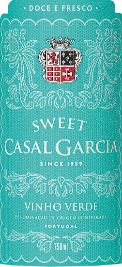 The Vinho Verde sweet by Casal Garcia shines in the glass in a delicate lemon yellow. The bouquet exudes aromas of ripe apples, some mandarin and has fine sweet nutty nuances. On the palate, this white wine is intensely fruity and balanced and convinces with its light and crisp texture. The ideal summer wine for relaxed hours. Vinification for the Vinho Verde sweet This Vinho Verde is vinified from the grape varieties Trajadura, Loureiro, Arinto and Azal, whose vines are rooted in granitic and sandy soils. Selected producers of the Vinhos Verdes region bring the best grapes to Aveleda. These are gently pressed and then fermented under temperature control. Before being bottled, this Portuguese white wine is filtered and stabilized by refrigeration. Food recommendation for the Vinho Verde sweet Enjoy this sweet white wine with seafood and fish dishes or sweet desserts.