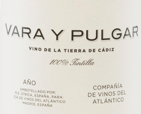 DerVara y Pulgar Tintilla von Compañía de Vinos del Atlántico aus der Sherry-Region Cádiz ist ein rebsortenreiner, wundervoller Rotwein aus der Rebsorte Tintilla de Rota. Im Glas leuchtet dieser Wein in einem Ziegelrot mit opakroten Glanzlichtern. Das duftige Bouquet ist gezeichnet von vielschichtigen Aromen: angefangen von roten und blauen Früchten - wie Himbeere, Blaubeere und Zwetschge - über frischen Blumenduft bis kandierte Nuancen. Auch am Gaumen präsentierten sich eine beerige Aromatik nach Himbeeren und Brombeeren mit einem salzigen und würzigen Touch. Der Körper ist herrlich saftig, frisch und konzentriert. Die feinen Tannine harmonieren perfekt mit der moderaten Säure und führen in einen lang anhaltenden Nachhall. Vinifikation desVinos del Atlántico Vara y Pulgar Die Trauben stammen aus der Einzellage Viña San Cristobal und wachsen auf Albariza an 25 Jahre alten Rebstöcken. Albariza ist eine weiße Erde, die reich an Kalkstein, Sand und Ton ist. Nach der sorgsamen Lese von Hand werden die Trauben gepresst. Die daraus entstandene Maische wird temperaturkontrolliert in Betontanks vergoren. Danach ruht dieser spanische Rotwein für 8 Monate in Barriques (Volumen 225 l) aus französischer Eiche. Speiseempfehlung für denVara y Pulgar TintillaCompañía de Vinos del Atlántico Genießen Sie diesen trockenen Rotwein aus Spanien zu Lammkeule mit knackigen Gemüse oder auch zu gut gewürzten Gerichten. Auszeichnungen für denVara y Pulgar Vinos del Atlántico Vinous: 92 Punkte für 2013 Jancis Robinson: 16,5 Punkte für 2013