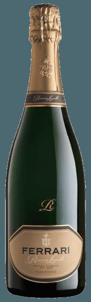Mit dem Ferrari Lunelli Riserva kommt ein erstklassiger Spumante ins geschwenkte Glas. Hierin offeriert er eine wunderbar brillante, goldgelbe Farbe. Das Perlenspiel dieses Spumante zeigt sich im Glas ungemein fein, elegant und lang anhaltend. Dieser Spumante schmeichelt dem Auge zudem mit Reflexen Schwenkt man das Weinglas, dann zeichnet sich dieser Schaumwein durch eine ungemeine Leichtigkeit aus, die ihn lebendig im Glas tanzen lässt. Die Aromatik dieses Schaumweins aus Trentino-Alto Adige wird bestimmt von Aromen nach verschiedensten roten und schwarzen Beeren und dunklen Früchten wie Schwarzkirschen und Pflaumen. Dieser Wein begeistert durch sein elegant trockenes Geschmacksbild. Er wurde mit außergewöhnlich wenig Restzucker auf die Flasche gebracht. Wie man es natürlich bei einem Wein erwarten kann, so verzückt dieser Italiener natürlich bei aller Trockenheit mit feinster Balance. Exzellenter Geschmack braucht nicht zwangsläufig viel Restzucker. Das Finale dieses gut reifungsfähigen Schaumwein aus der Weinbauregion Trentino-Alto Adige, genauer gesagt aus Trentino DOC, besticht schließlich mit schönem Nachhall. Vinifikation des Lunelli Riserva von Ferrari Der elegante Lunelli Riserva aus Italien ist ein reinsortiger Wein, hergestellt aus der Rebsorte Chardonnay. Im Anschluss an die Weinlese werden die Weintrauben umgehend ins Presshaus gebracht. Hier werden sie sortiert und behutsam gemahlen. Es folgt die Gärung der Grundweine. Speiseempfehlung für den Lunelli Riserva von Ferrari Dieser Schaumwein aus Italien sollte am besten gut gekühlt bei 8 - 10°C genossen werden. Er eignet sich perfekt als Begleiter zu