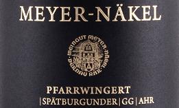 Der Dernau Pfarrwingert Spätburgunder GG aus der Feder von Meyer-Näkel von der Ahr offenbart im geschwenkten Glas eine leuchtende, hellrote Farbe. Schwenkt man das Weinglas, dann kann man bei diesem Rotwein eine perfekte Balance wahrnehmen, denn er zeichnet sich an den Wänden des Glases weder wässrig noch sirup- oder likörartig ab. Dieser sortenreine deutsche Wein schmeichelt im Glas herrlich ausdrucksstarke Noten von Schwarzkirschen, Lilien, Pflaumen und Lavendeln. Hinzu gesellen sich Anklänge von Vanille, Lebkuchen-Gewürz und orientalische Gewürze. Dieser trockene Rotwein von Meyer-Näkel ist für Weingenießer, die ihren Wein gerne trocken trinken. Der Dernau Pfarrwingert Spätburgunder GG kommt dem bereits sehr nahe, wurde er doch mit gerade einmal 0,1 Gramm Restzucker vinifiziert. Am Gaumen präsentiert sich die Textur dieses ausgeglichenen Rotweins wunderbar dicht. Durch die ausgeglichene Fruchtsäure schmeichelt der Dernau Pfarrwingert Spätburgunder GG mit gefälligem Gaumengefühl, ohne es dabei an saftiger Lebendigkeit missen zu lassen. Im Abgang begeistert dieser Rotwein aus der Weinbauregion die Ahr schließlich mit beachtlicher Länge. Erneut zeigen sich wieder Anklänge an Rose und Maulbeere. Im Nachhall gesellen sich noch mineralische Noten der von Sandstein dominierten Böden hinzu. Vinifikation des Meyer-Näkel Dernau Pfarrwingert Spätburgunder GG Der balancierte Dernau Pfarrwingert Spätburgunder GG aus Deutschland ist ein reinsortiger Wein, hergestellt aus der Rebsorte Spätburgunder. In der Ahr wachsen die Reben, die die Trauben für diesen Wein hervorbringen auf Böden aus Sandstein. Der Dernau Pfarrwingert Spätburgunder GG ist ein Alte Welt-Wein durch und durch, denn dieser Deutsche Wein versprüht einen außergewöhnlichen europäischen Charme, der ganz klar den Erfolg von Weinen aus der Alten Welt unterstreicht. Einen beachtlichen Einfluss auf die Entwicklung des Lesegutes hat zudem die Tatsache, dass die Spätburgunder-Trauben unter dem Einfluss eines eher kühlen 