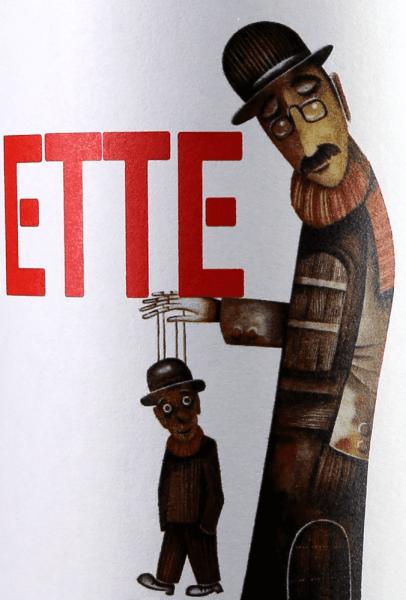 Der Marionette von Ego Bodegas ist eine wundervolle Cuvée aus den Rebsorten Syrah und Monastrell. Im Glas schimmert der Rotwein in einer schönen kirschroten Farbe.Das Bouquet offenbart wunderbare Aromen nach reifen Beeren, etwas Zwetschge und Sauerkirsche. Untermalt wird der Eindruck von Röstaromen.Am Gaumen präsentiert sich ein intensiver sowie lebhafter Charakter, der von viel Frucht und reifen, delikaten Tanninen begleitet wird. Vinfikation des Marionette von Ego Bodegas Für die Marionette von Ego Bodegas werden Trauben aus den besten Parzellen ausgewählt. Diese werden sowohl mit der Hand als auch maschinell gelesen.Die Gärung und Mazeration erfolgt ca. 25 Tage mit der Schale in Edelstahltanks. Danach reift der spanische Rotwein in amerikanische Eiche ca. 2-3 Monate. Speiseempfehlung für den Ego Bodegas Marionette Genießen Sie diesen Rotwein zu spanischen Spezialitäten, wie Paella oder Tapas oder auch Solo bei einem gemütlichen Abend mit der Familie und den Freunden. Prämierungen für den Marionette von Ego Bodegas CWWSC 2017: Gold für 2016 Mundus Vini 2016: Gold für 2015 Gilbert & Gaillard: 90 Punkte und Gold für 2015 CWWS 2016: Gold für 2015 Wine Enthusiast: 90 points für 2014 Gilbert & Gaillard: 90 Punkte und Gold für 2014 Berliner Wein Trophy: Gold für 2014 Asia Wine Trophy: Gold für 2014