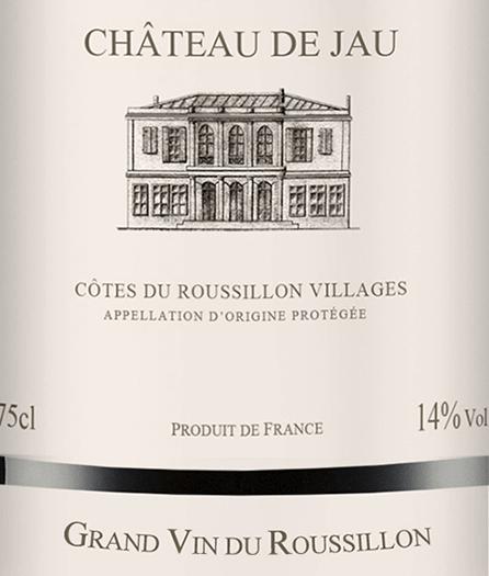 DerRouge Côtes du Roussillon Villages von Château de Jau ist eine wundervolle, französische Rotwein-Cuvée aus den RebsortenSyrah (50%), Mourvèdre (25%), Grenache (15%) und Carignan (10%). Im Glas leuchtet dieser Wein in einem dunklen Rubinrot mit purpurnen Glanzlichtern. Das Bouquet offenbart kräftige Aromen nach dunklen Beeren - besonders Brombeere und schwarze Johannisbeeren treten in den Vordergrund und werden von Anklängen nach feinem Pfeffer untermalt. Am Gaumen präsentiert dieser französische Rotwein eine samtige und weiche Struktur mit gut gereiftem Tannin. Das Finale wartet mit einer wundervollen Länge auf. Speiseempfehlung für denChâteau de Jau Rouge Genießen Sie diesen trockenen Rotwein aus Frankreich zu luftgetrockneten Wurstspezialitäten, Fleisch frisch vom Grill oder auch zu Wildente mit herzhaften Beilagen.