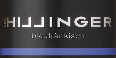 DerBlaufränkisch von Leo Hillinger ist ein wundervoller, rebsortenreiner Rotwein aus dem österreichischen Weinanbaugebiet Burgenland. Im Glas schimmert dieser Biowein in einem satten Rubinrot mit violetten Glanzlichtern. Das intensive Bouquet wird bestimmt von Aromen nach dunklen Beeren (Brombeere, Heidelbeere und schwarze Johannisbeere), saftigen Kirschen und mineralischen Anklängen mit feiner Würze. Am Gaumen präsentiert sich dieser österreichische Rotwein mit geschmeidigen Tanninen, die wundervoll mit den Noten der Nase harmonieren. Der kraftvolle, runde Körper begleitet bis in das angenehm lange Finale. Speiseempfehlung für den Leo Hillinger Blaufränkisch Dieser trockene Rotwein aus Österreich passt hervorragend zu ofenfrischen Schmorbraten in dunkler Sauce, Gulasch mit Bandnudeln, Moussaka oder auch zu gereiften Bergkäsesorten.
