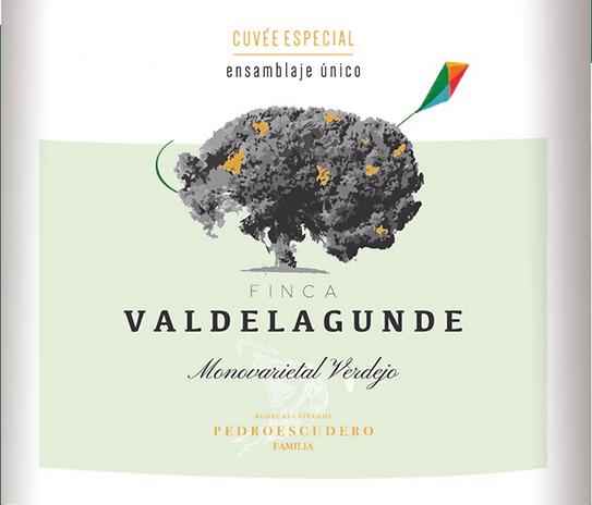 Der Valdelagunde Cuvée Especial von Pedro Escudero aus dem spanischen Weinanbaugebiet Kastilien - León ist ein rebsortenreiner, schmelziger und ausbalancierter Weißwein. Im Glas erstrahlt dieser Wein in einem glänzenden Hellgold mit glitzernden Glanzlichtern. Die Nase erfreut sich an einem ausgeprägten Bouquet nach Aprikose, Pfirsichund Ananas in der Nase, gepaart mit der typisch kräutrigen Verdejo-Art. Am Gaumen ist dieser spanische Weißwein dezent würzig mit einem Hauch Vanille. Die Textur überzeugt mit viel Schmelz, einem schönen Körper und eine balancierte Säure. Der Nachhall ist angenehm lang und wird von kräutrigen Nuancen begleitet. Vinifikation der Valdelagunde Cuvée Especial Dieser Weißwein stammt ausschließlich aus Verdejo Trauben, die von den Weinbauflächen der Bodegas Pedro Escudero in den steinigen Ländereien des Fuente Elvira Weinbergs nahe der Stadt La Secca kommen. Dieser spanische Verdejo kommt zu fast gleichen Teilen aus dem Edelstahltank und aus französischen und amerikanischen Eichenholzfässern. Speiseempfehlung für Valdelagunde Pedro Escudero Cuvée Especial Dieser trockene Weißwein aus Spanien passt ausgezeichnet zu Fischgerichten, Meeresfrüchten und zu allerlei Speisen der asiatischen Küche. Auszeichnungen für denValdelagunde Cuvée Especial von Pedro Escudero Selection Lust auf Genuss: Gold für 2019 Mundus Vini: Gold für 2016